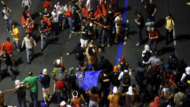 1 a 1 a a a a pro fascistas atacam pessoas com bandeiras vermelhas